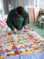 Davide al lavoro.  Sta tessendo la sua tela colorata.
